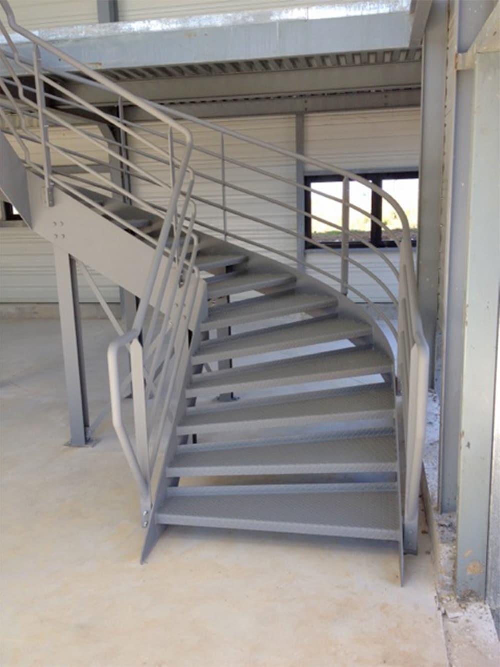 Escalier d'accès à une mezzanine dans bâtiment industriel