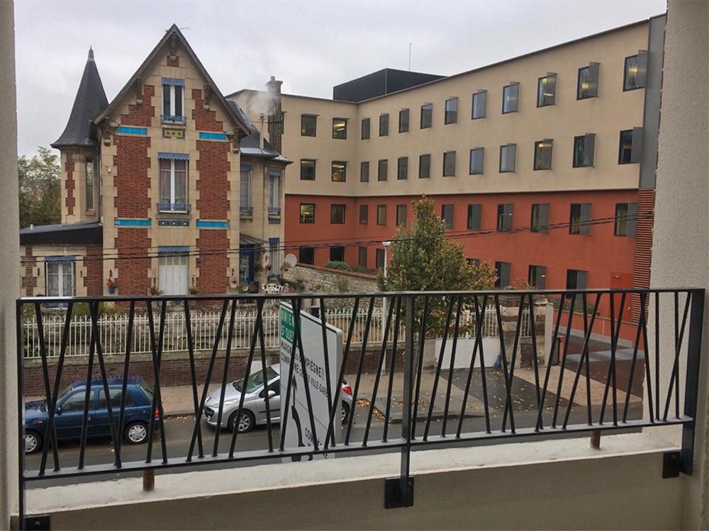 Garde-corps dans immeuble d'habitation